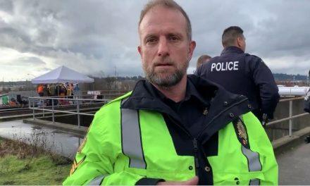 Police officer threatens to arrest journalist covering anti-pipeline blockade