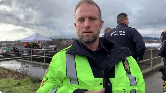 Police officer threatens to arrest journalist covering anti-pipeline blockade